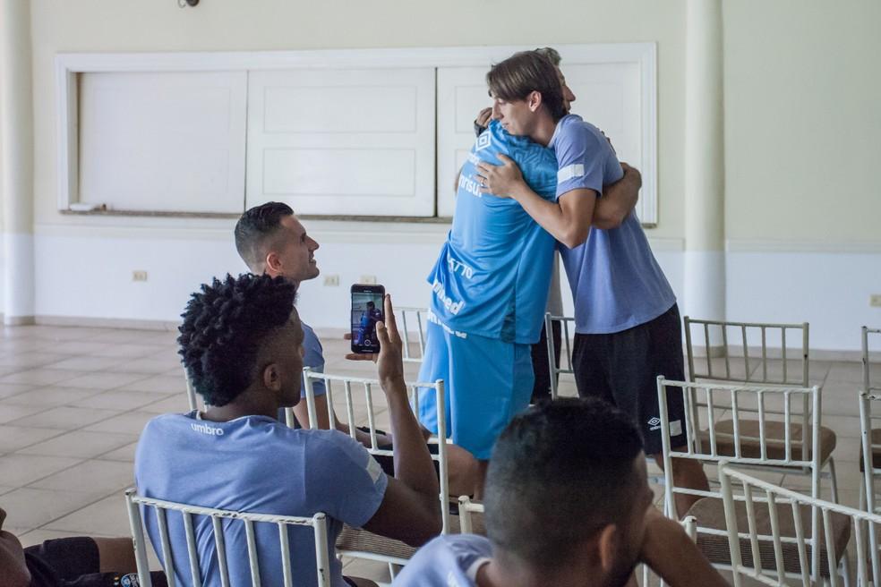 Renato dá abraço em Geromel após a convocação para Copa (Foto: Lucas Uebel/Grêmio)