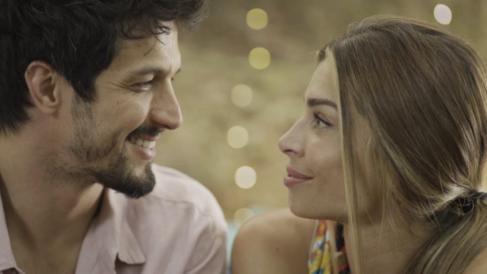 Marcos (Romulo Estrela) faz surpresa romântica para Paloma (Grazi Massafera) em 'Bom Sucesso' — Foto: TV Globo