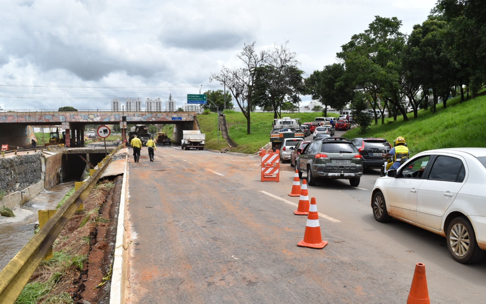 Após chuvas, marginal apresentou problemas (Foto: Vitor Santana/G1)