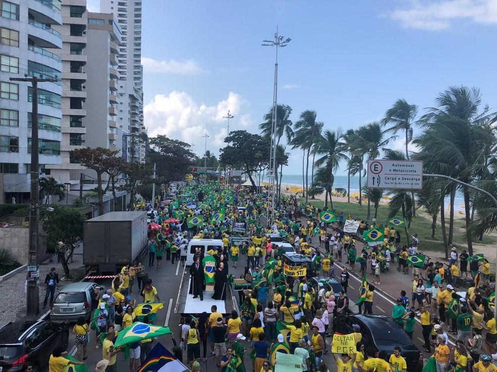 Recife (PE), 15h10: Manifestantes fazem caminhada na orla para pedir o veto ao projeto de lei de abuso de autoridade — Foto: Pedro Alves/G1