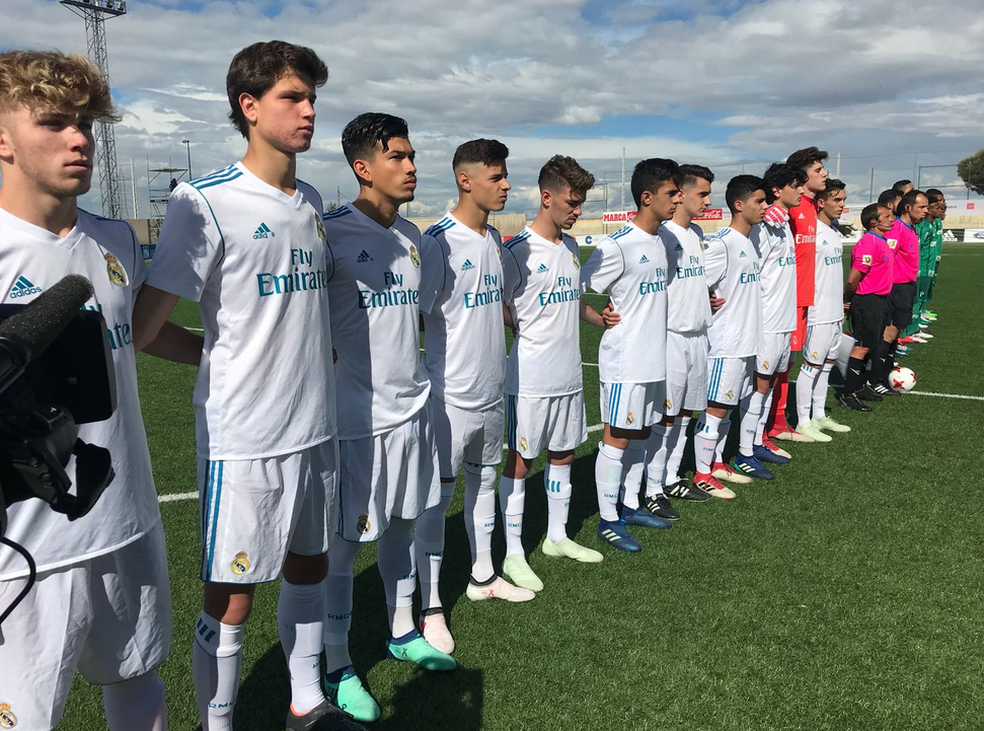 Time do Real Madrid perfilado para os hinos nacionais antes do jogo contra o Palmeiras  (Foto: Divulgação)