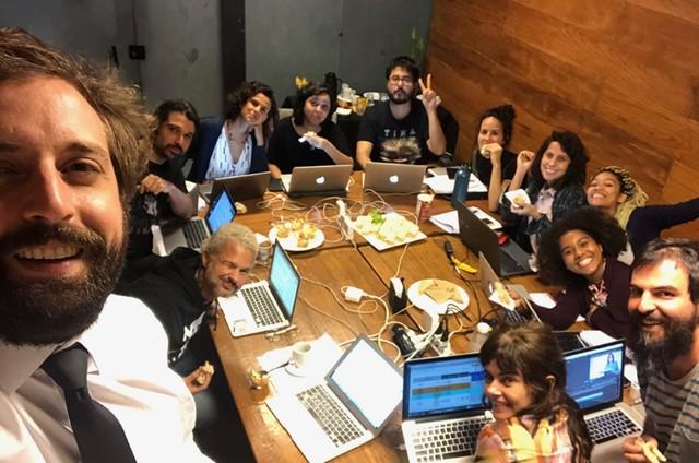 Gregorio Duvivier com a equipe do 'Greg News', da HBO (Foto: Arquivo pessoal)
