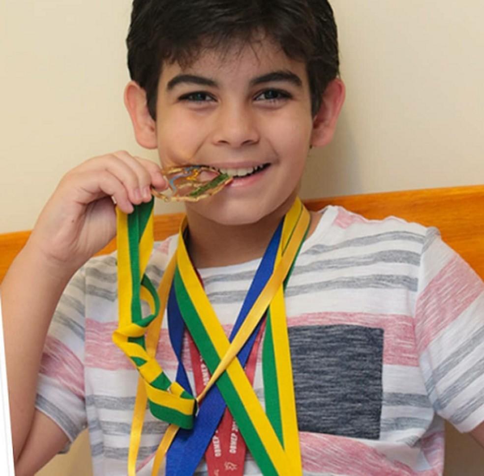 Com apenas 13 anos, Caio coleciona grandes conquistas. A mais recente foi o primeiro lugar no vestibular para Administração na Uece — Foto: Laurismara Temponi/Arquivo Pessoal