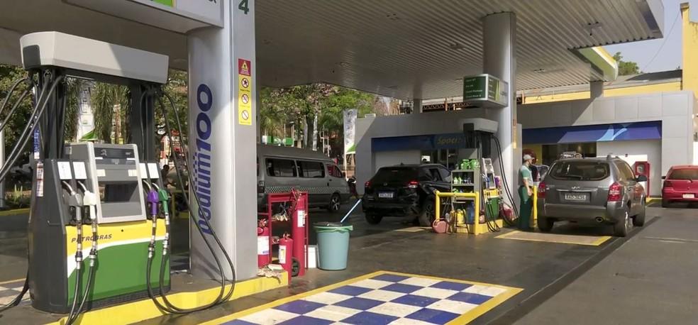 Preço médio da gasolina em Foz do Iguaçu é de R$ 5,79 o litro, segundo a ANP — Foto: Giovan Zanardi/RPC
