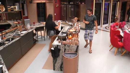 Na cozinha, Maycon diz para Rízia: 'Você é muito individualista'
