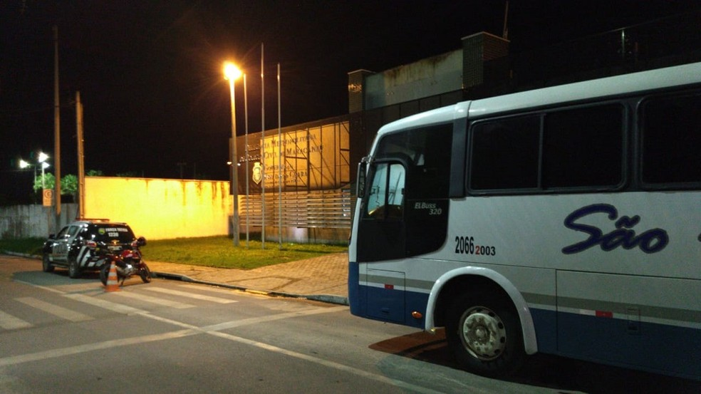 Ônibus com passageiros foi levado para a delegacia, onde as vítimas prestaram depoimento — Foto: Isaac Macedo/SVM