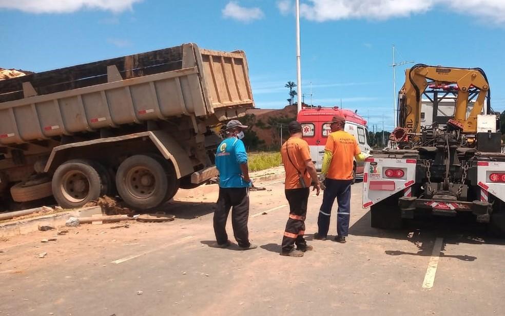 Transalvador enviou guincho ao local, para fazer a retirada dos veículos — Foto: Cid Vaz/TV Bahia