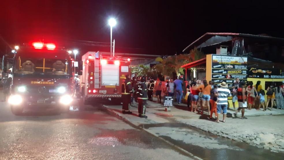 Corpo de Bombeiros foi chamado para controlar as chamas em incêndio em restaurante em Extremoz — Foto: Sérgio Henrique Santos/Inter TV Cabugi