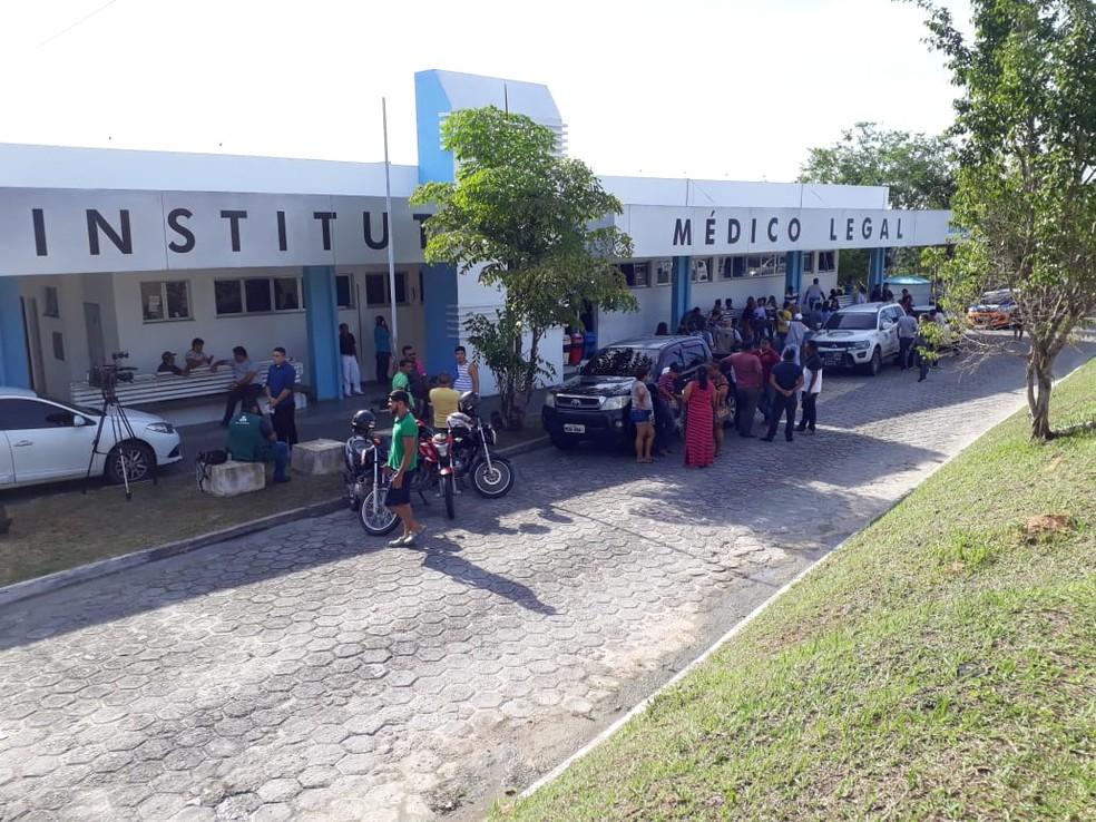 Familiares de presos mortos em Manaus aguardam liberação de corpos — Foto: Eliana Nascimento/G1 AM