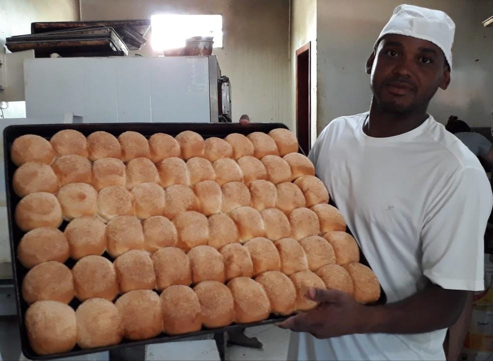 Café atualmente trabalha numa padaria em São Pedro da Aldei-RJ; segundo ele, pão de coco é a especialidade da casa — Foto: Arquivo Pessoal