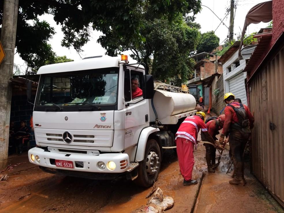 Bombeiros trabalham na Vila Bernadete, em BH. Sete corpos foram localizados na região.  — Foto: Elton Lopes / TV Globo