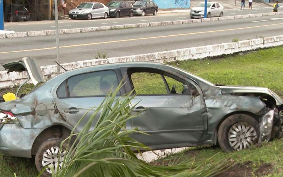 Dupla bate carro em poste durante perseguição policial e é presa em Salvador  — Foto: Reprodução/TV Bahia