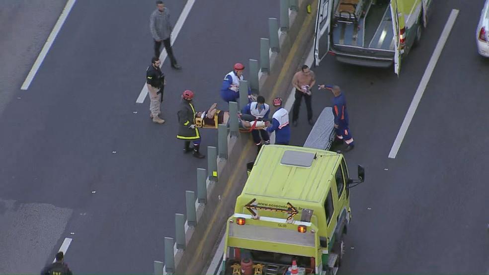 Ferido é resgatado no sentido Rio de Janeiro da Ponte Rio-Niterói — Foto: Reprodução/ TV Globo