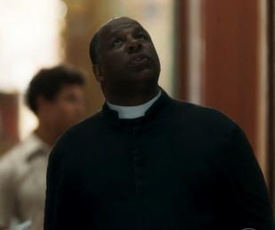 Transtornado após Eurico lhe revelar o segredo da fonte, padre Ramiro (Aílton Graça) procurará Gabriel e lhe colocará contra a parede | TV Globo