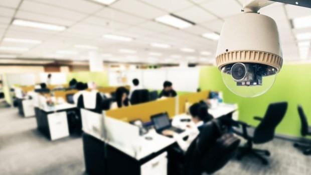 Algumas empresas usam câmeras e sensores infravermelhos para detectar quantas pessoas estão trabalhando em uma parte específica do escritório e o quanto estão se movendo (Foto: Getty Images via BBC)
