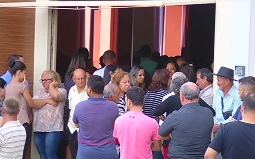 Centenas de pessoas foram ao velório da família em Catalão (Foto: TV Anhanguera/Reprodução)