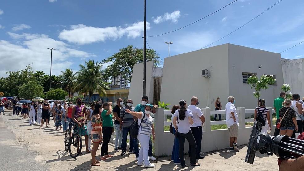 Fila de profissionais da saúde de Aracaju para receber dose de vacina contra a Covid-19 na UBS Augusto Franco; há denúncia de aglomeração — Foto: Michele Costa/TV Sergipe