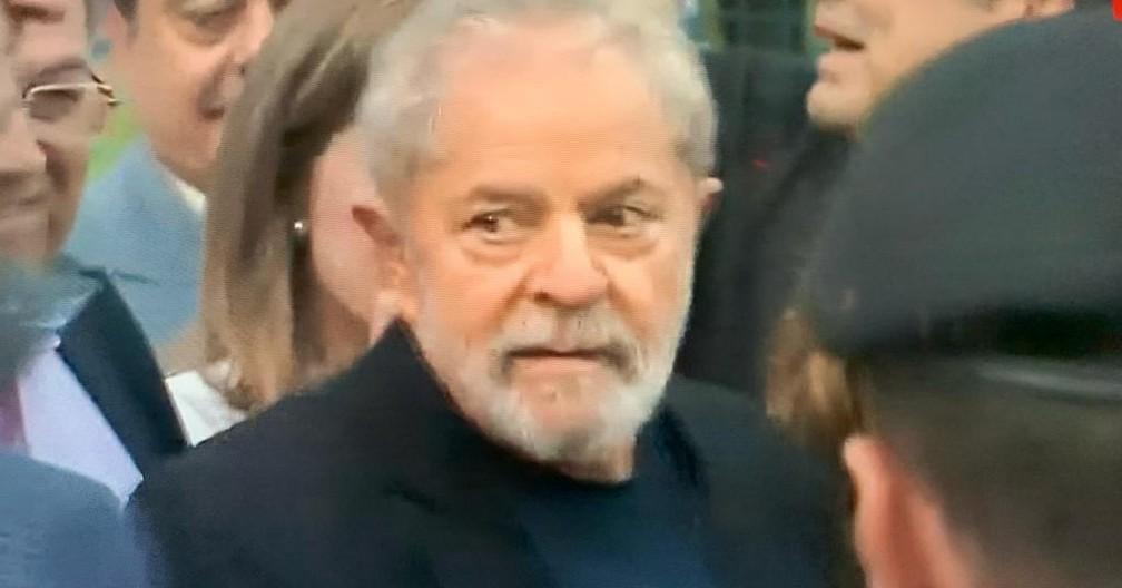 Ex-presidente Lula saiu da sede da PF, em Curitiba, nesta sexta-feira (8) — Foto: Reprodução/RPC