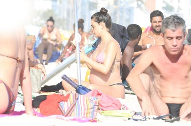 Isis Valverde mostra barrigão em dia de praia (Foto: Thiago Martins/AgNews)