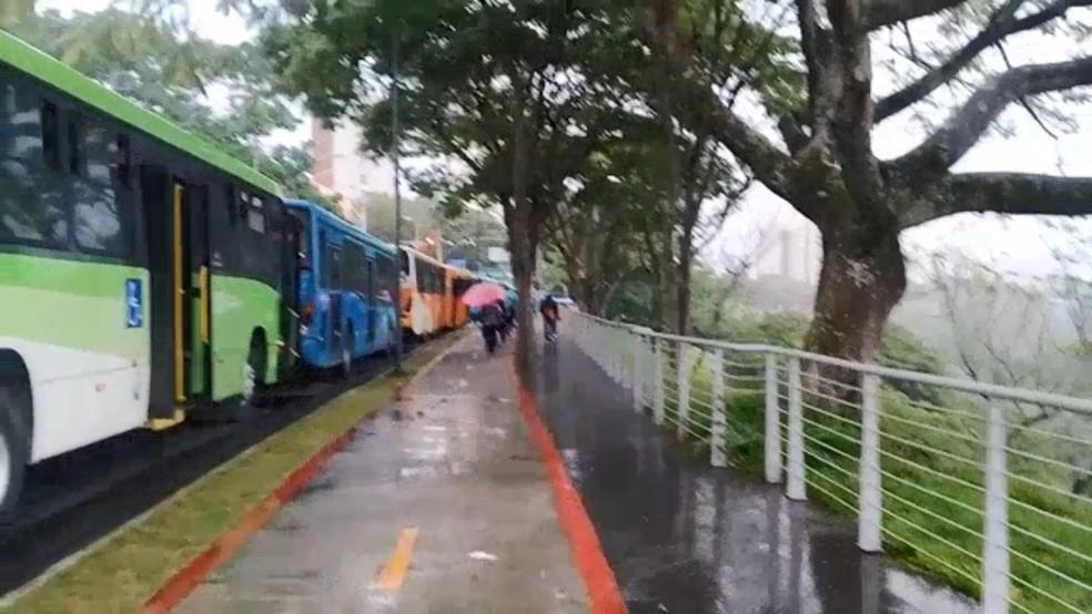 Ônibus tiveram paralisação no serviço na avenida São José devido a protesto de moradores do Banhado — Foto: Marta Silva/ Vanguarda Repórter
