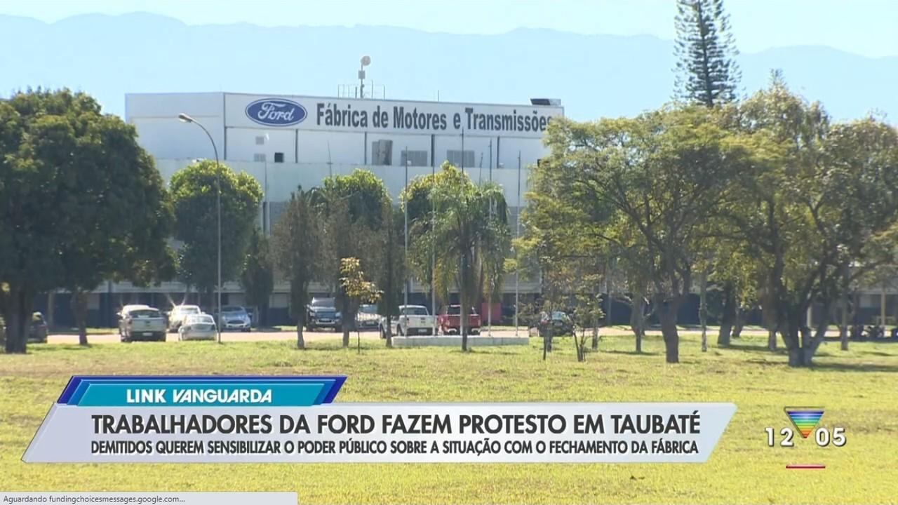 Funcionários da Ford fazem protesto na câmara em Taubaté
