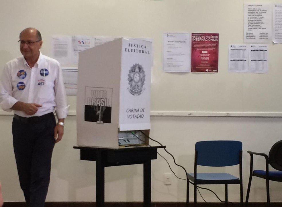 O candidato do PSDB Geraldo Alckmin votou em escola de São Paulo — Foto: Marina Pinhoni/G1