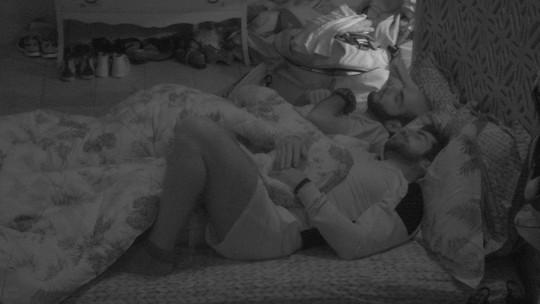 Mahmoud dorme no Quarto Tropical após papo com Ana Clara