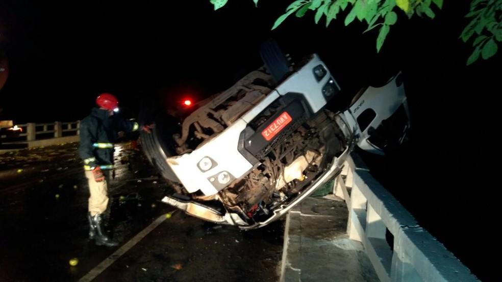 Caminhão caiu sobre a mureta da Ponte e ficou com as rodas para cima (Foto: Noti-cia.com)