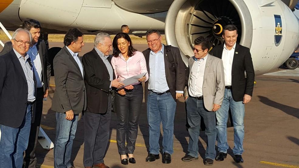 Temer desembarcou em Sinop junto com o ministro da Agricultura, Blairo Maggi, e outros políticos, e foi recebido pela prefeita da cidade, Rosana Martinelli (PR) (Foto: Ademir Júnior/ Prefeitura de Sinop-MT)
