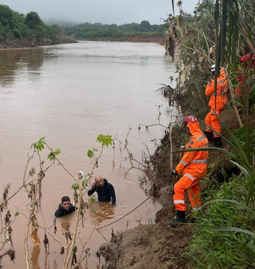 Carro cai dentro do Rio das Velhas, na Região Metropolitana de BH — Foto: Divulgação/Cobom