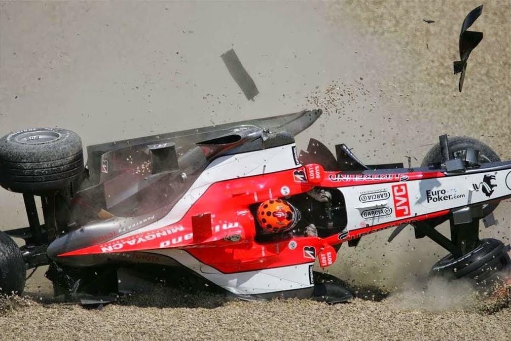 Em 2006, Albers capotou em Imola após ser acertado por Ide, que nunca mais correu na F1 — Foto: Reprodução