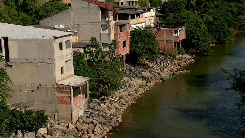 Casas ribeirinhas em Linhares, às margens do Rio Pequeno — Foto: Raphael Verly/TV Gazeta
