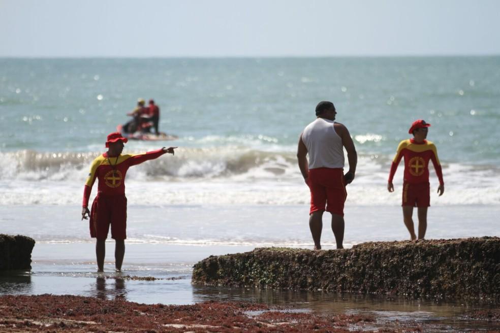 Equipes cobriram seis quilômetros de orla na tentativa de localizar o corpo do jovem (Foto: Marlos Costa/Pernambuco Press)