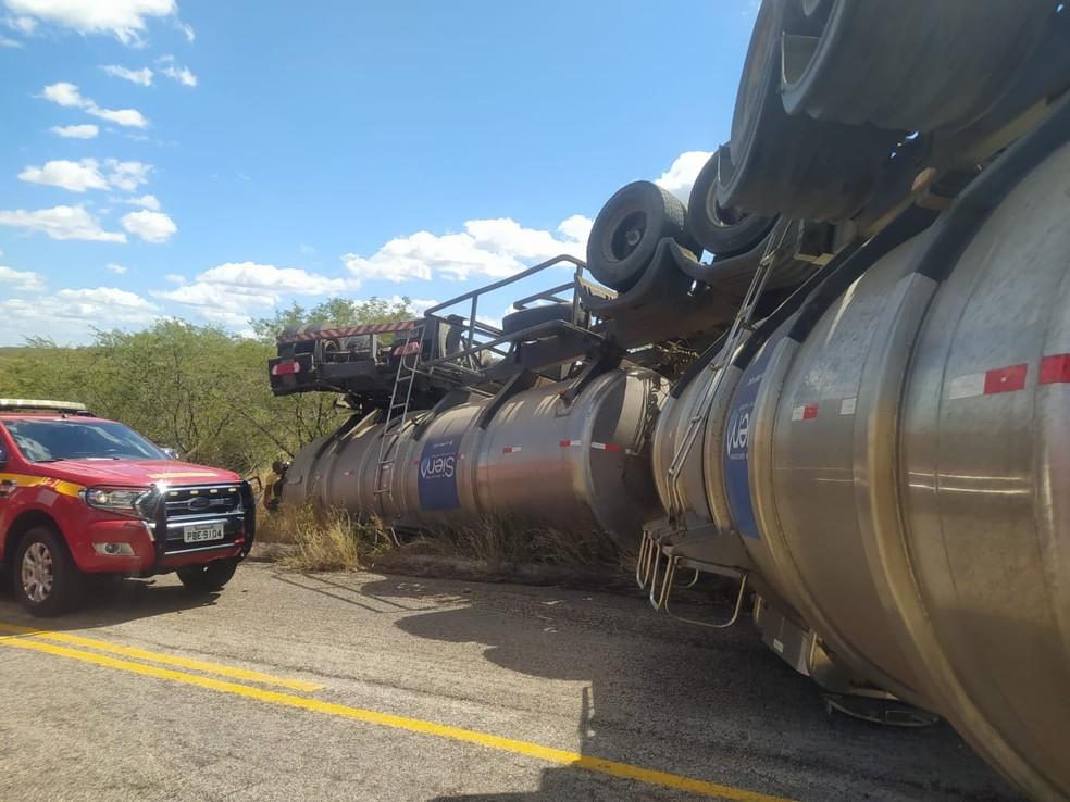 Quatro pessoas morrem e uma fica ferida após carro-pipa capotar sobre caminhonete em rodovia do RN  — Foto: DPRE/Divulgação