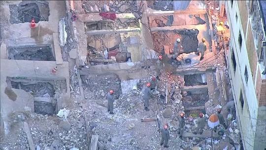 Bombeiros retiram corpos de duas crianças dos escombros no Rio