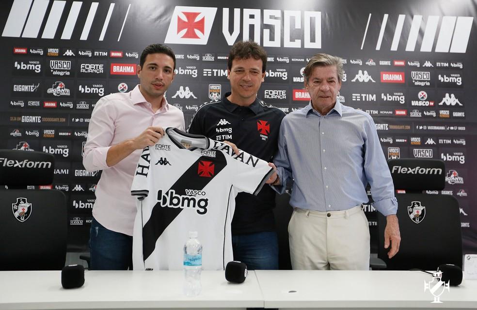 Pássaro e Salgado apresentaram Diniz no Vasco — Foto: Rafael Ribeiro/Vasco