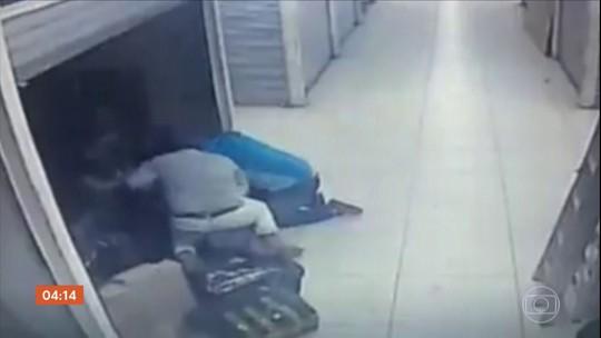 Polícia de SP procura bandido que espancou comerciante chinesa durante assalto