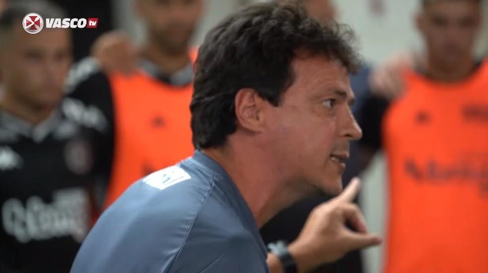 Fernando Diniz orienta jogadores do Vasco no vestiário de São Januário — Foto: Reprodução