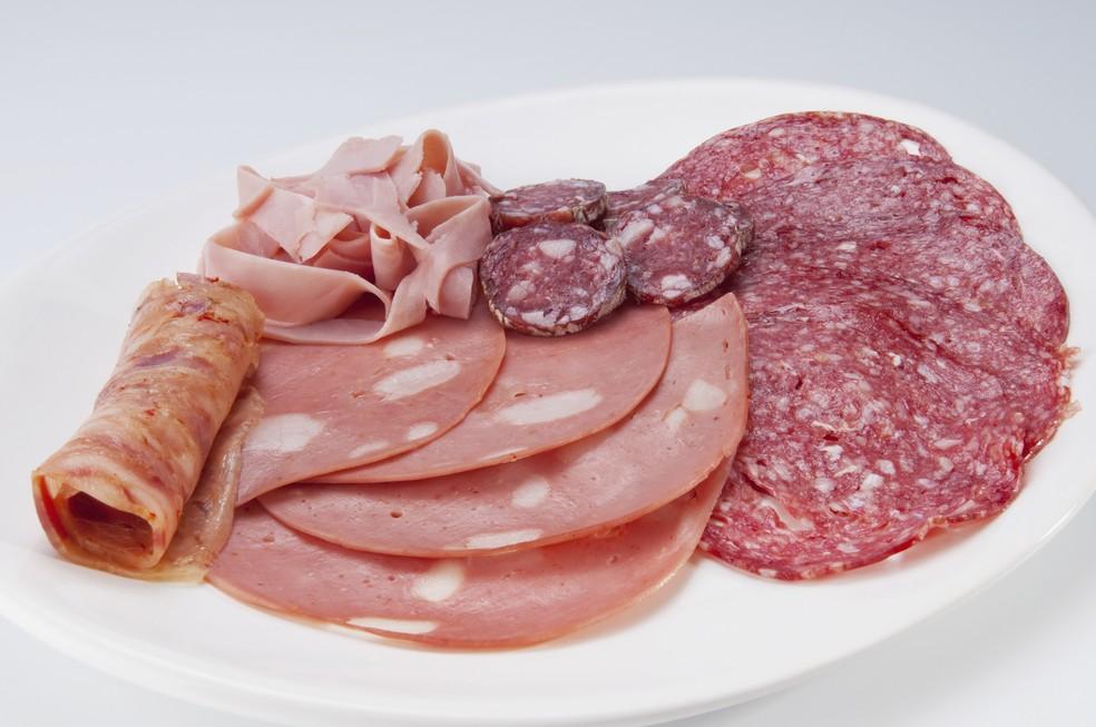Embutidos possuem maior quantidade de gordura, sódio e menor teor de fibras do que alimentos in natura  (Foto: Getty Images)