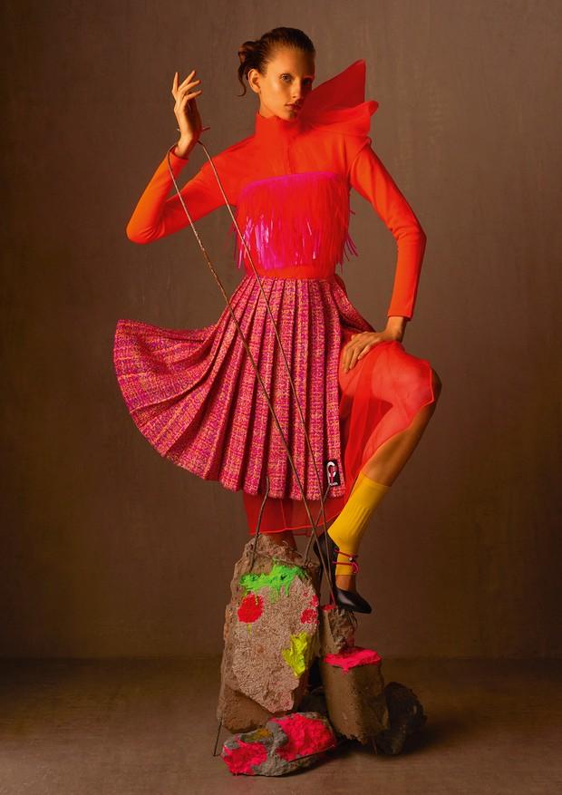 Top bordado, camisa de náilon, vestido de organza, saia de lã e sapatos (R$ 3.230) (Foto: Zee Nunes)