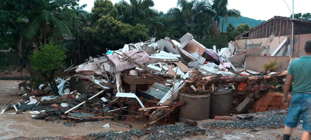 Casa em Presidente Getúlio, no Vale do Itajaí, ficou destruída nesta quinta-feira (17) após enxurrada atingir estado. — Foto: Corpo de Bombeiros de Santa Catarina/Divulgação
