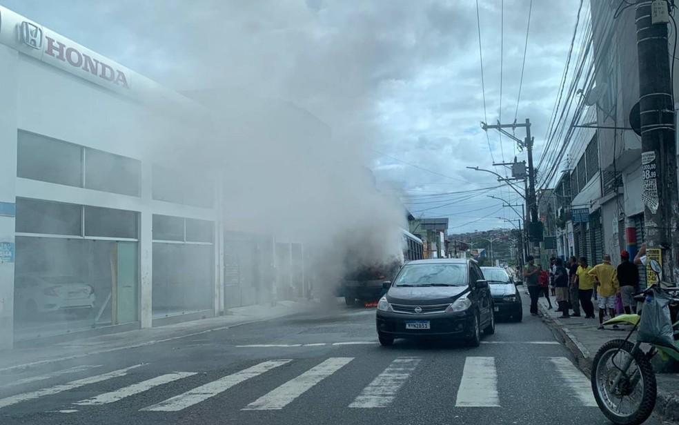 Chamas tomaram ônibus na Cidade Baixa, em Salvador — Foto: Luana Assiz/TV Bahia