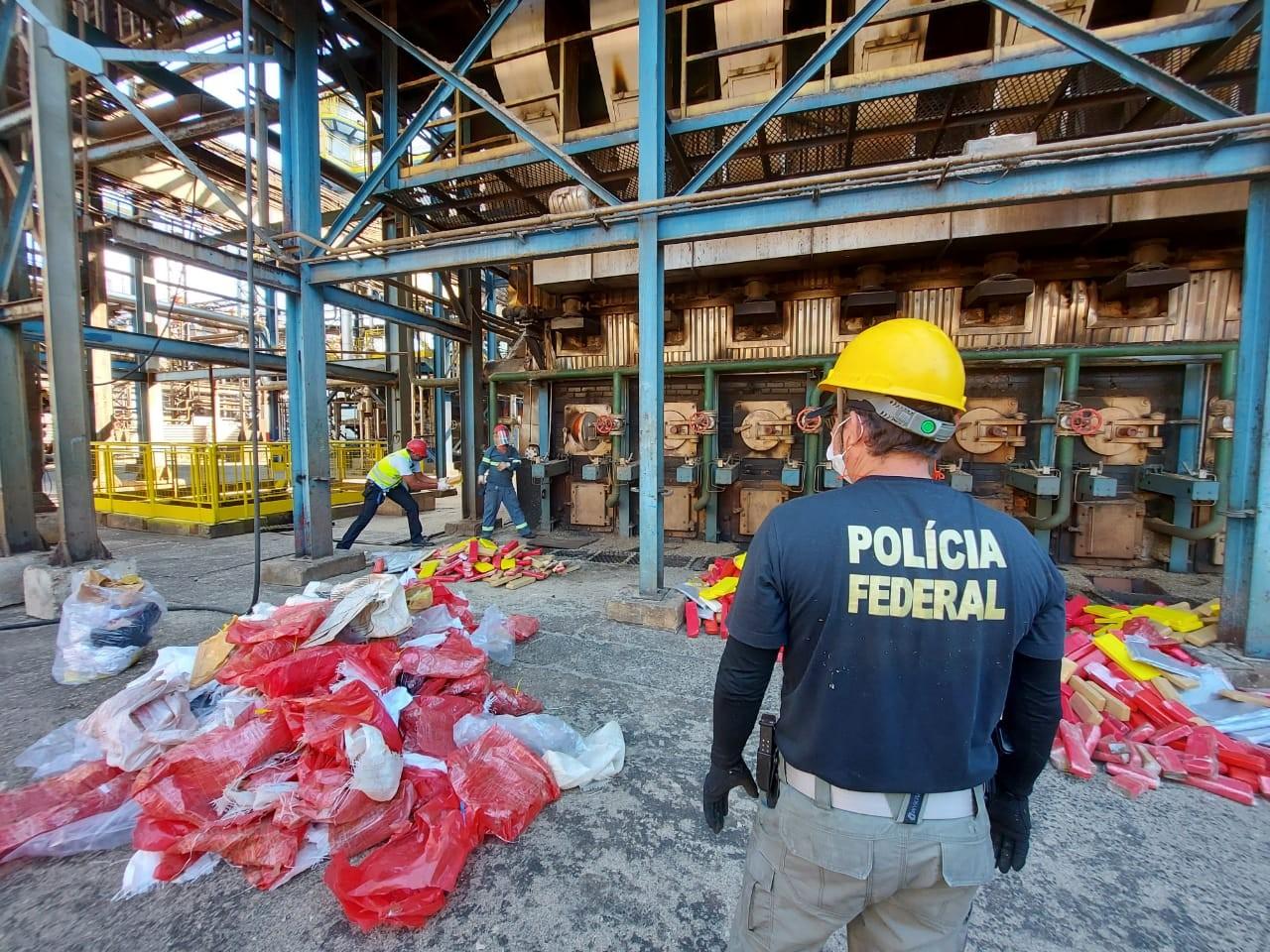 Polícia Federal incinera 1,7 tonelada de maconha e cocaína em Uberaba; veja vídeo