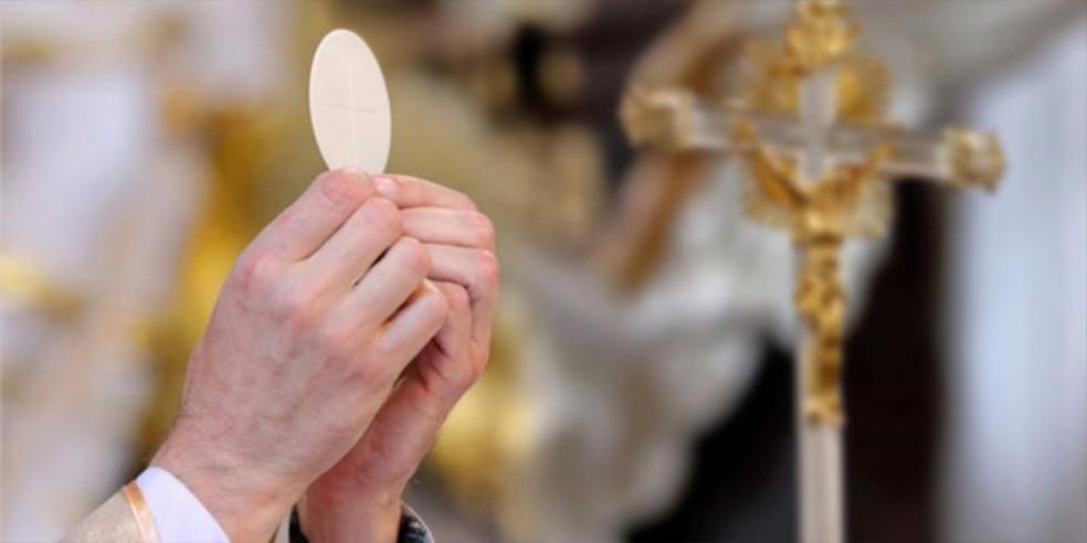 Fiéis católicos devem receber a eucaristia nas mãos em vez da boca — Foto: Arquidocese de Belo Horizonte/Divulgação