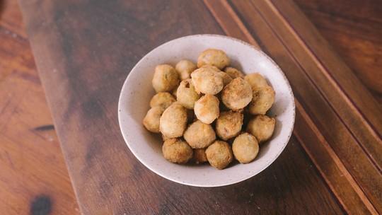 Confira como fazer azeitonas recheadas e empanadas
