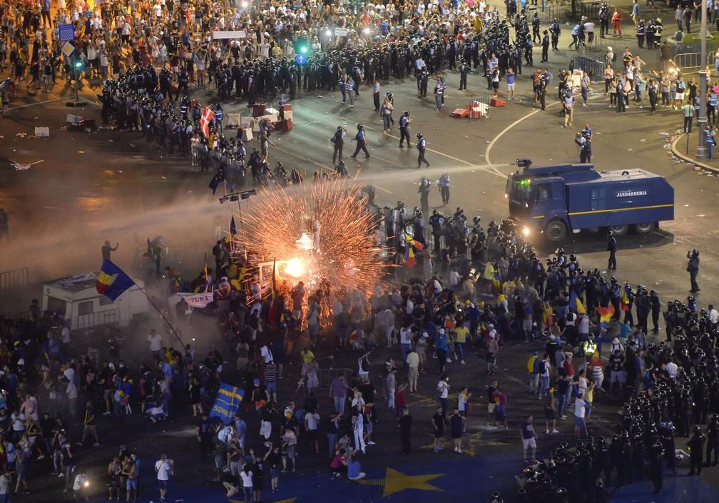 -  Polícia e manifestantes entram em confronto durante protesto contra o governo da Romênia, nesta sexta-feira  10  em Bucareste  Foto: Andreea Alexandr
