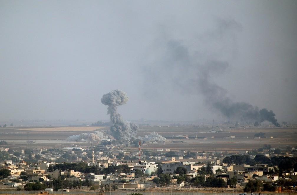 Fumaça de explosão em Ras Al-Ayn, na Síria, nesta sexta-feira (11) — Foto: Kemal Aslan/Reuters