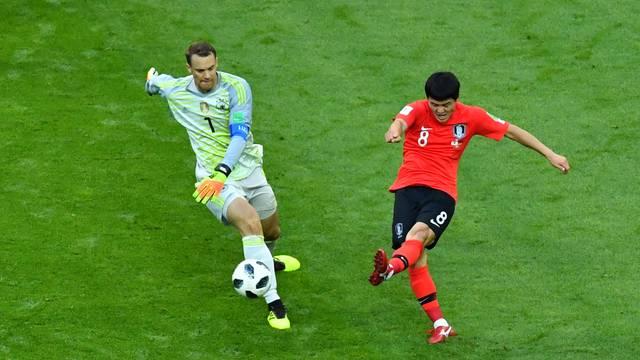 Neuer tentou tomar a bola de Ju Se-Jong no campo de ataque