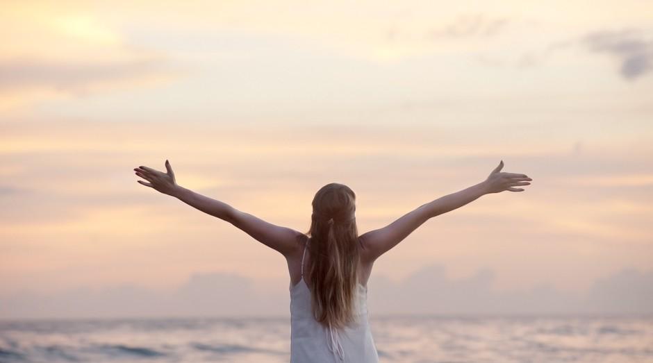 mulher, feliz, bem estar, saúde (Foto: Reprodução/Pexels)