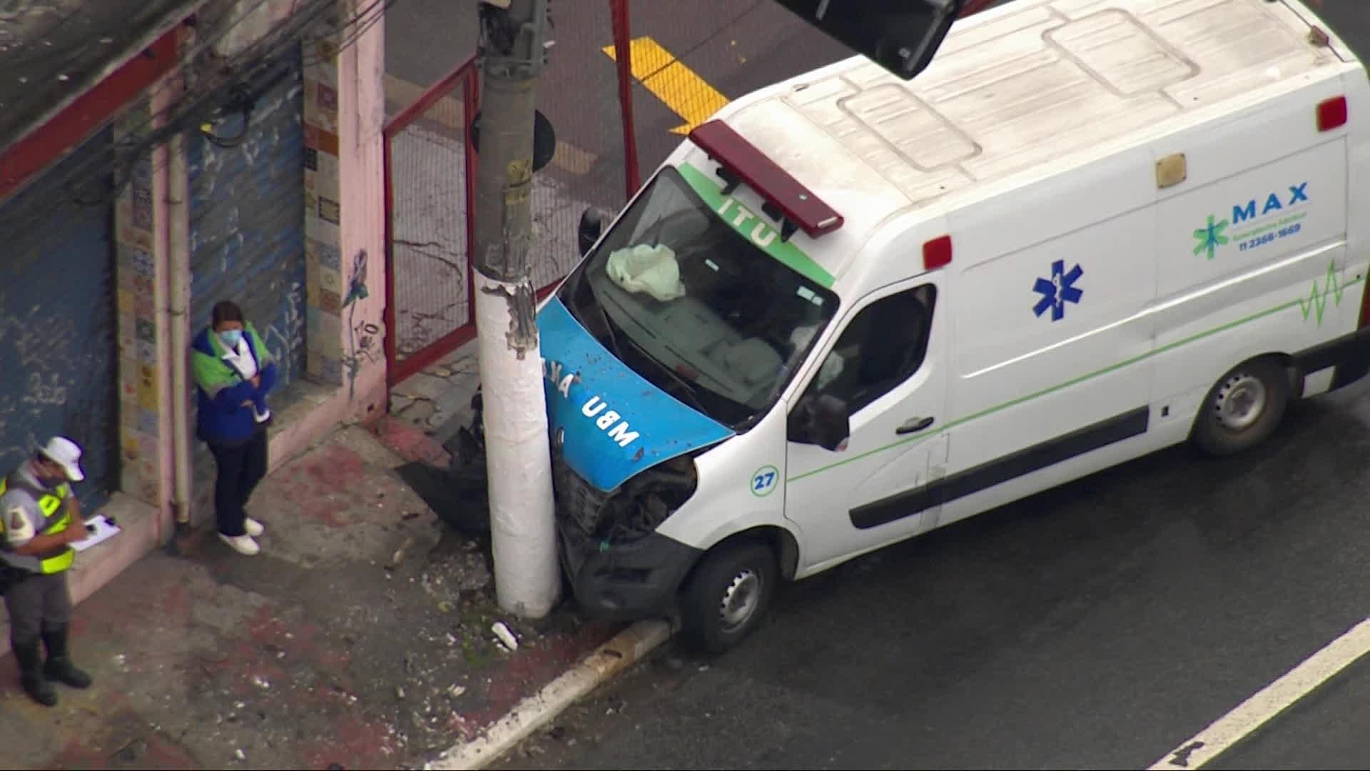 Ambulância bate em poste na Zona Sul de SP